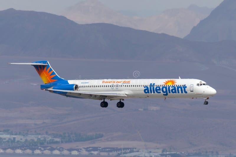 Allegiant авиалайнер McDonnell Douglas MD-83 воздуха на подходе, который нужно приземлиться на международный аэропорт McCarran в  стоковая фотография rf