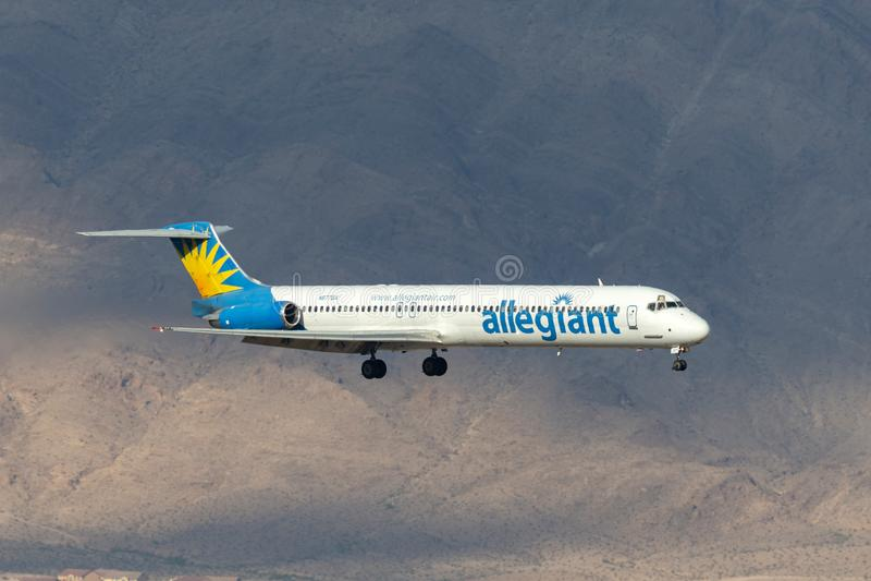 Allegiant авиалайнер McDonnell Douglas MD-83 воздуха на подходе, который нужно приземлиться на международный аэропорт McCarran в  стоковое изображение