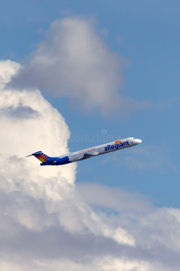 Allegiant авиалайнер McDonnell Douglas MD-83 воздуха принимая от международного аэропорта McCarran в Лас-Вегас стоковые изображения