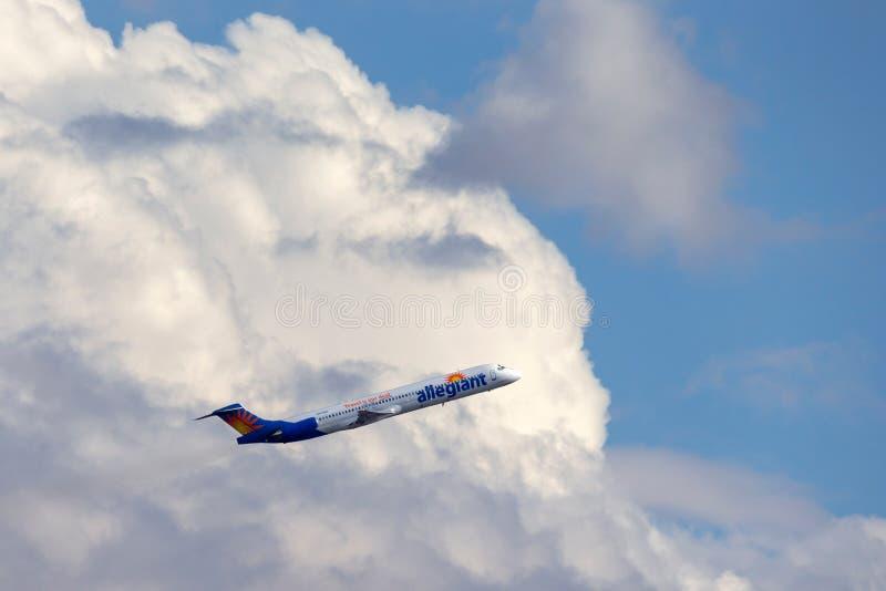 Allegiant авиалайнер McDonnell Douglas MD-83 воздуха принимая от международного аэропорта McCarran в Лас-Вегас стоковые фото