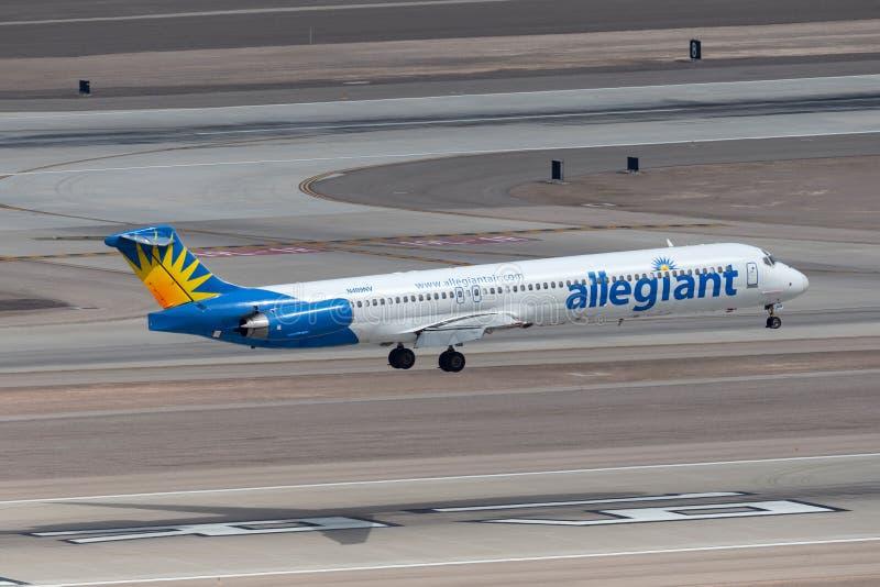 Allegiant воздух McDonnell Douglas MD-83 около, который нужно касаться вниз на взлетно-посадочной дорожке 19R на международном аэ стоковые изображения rf