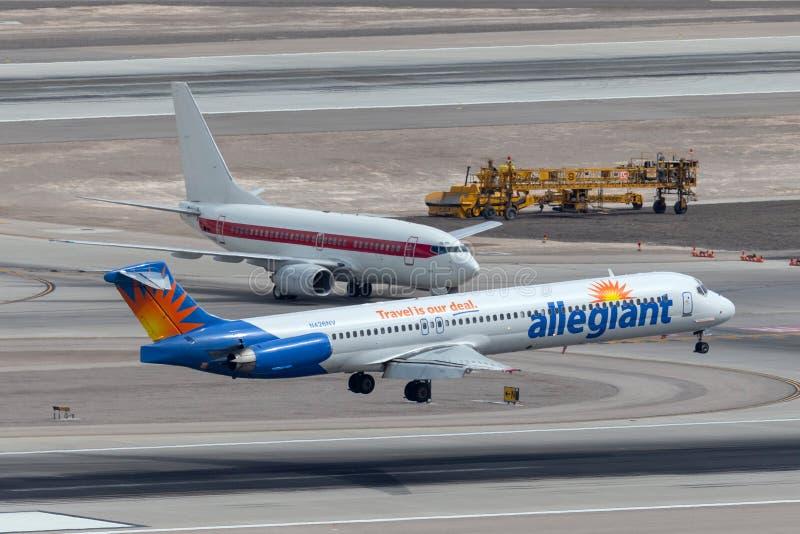 Allegiant воздух McDonnell Douglas MD-83 около, который нужно касаться вниз на взлетно-посадочной дорожке на международном аэропо стоковые фото