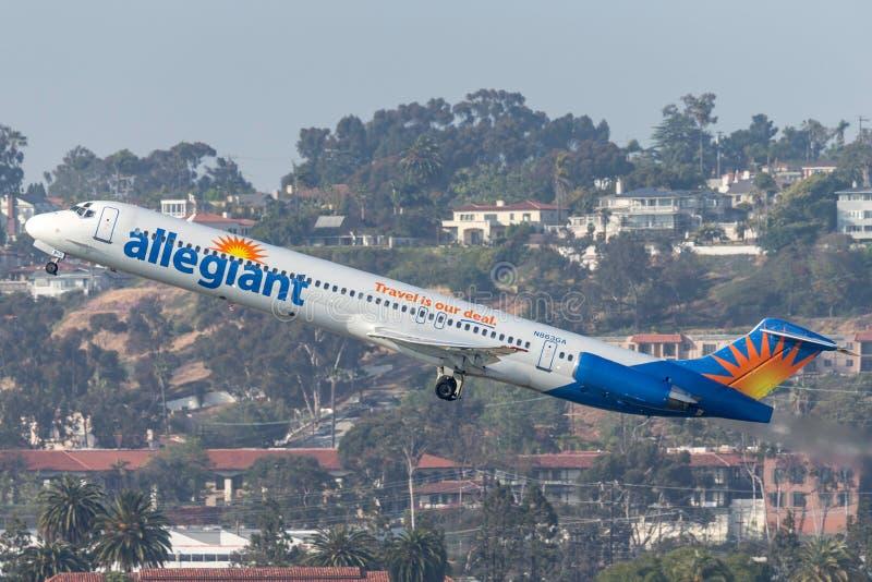 Allegiant международный аэропорт McDonnell Douglas MD-83 DC-9-83 N863GA уходя Сан-Диего воздуха стоковая фотография