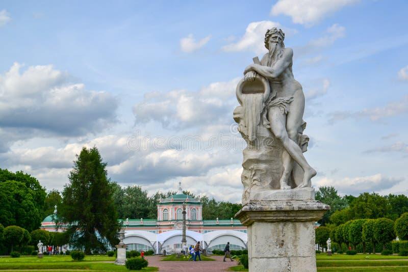Allegorie van god van rivier Scamander - beeldhouw in park Kuskovo van Moskou, het beginnen van XVIII eeuw Rusland stock afbeeldingen