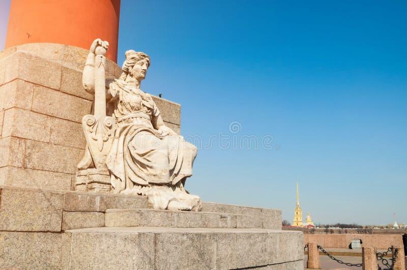 Allegorisch cijfer van de de Neva-rivier en Peter en van Paul vesting op de achtergrond in Heilige Petersburg Rusland stock foto