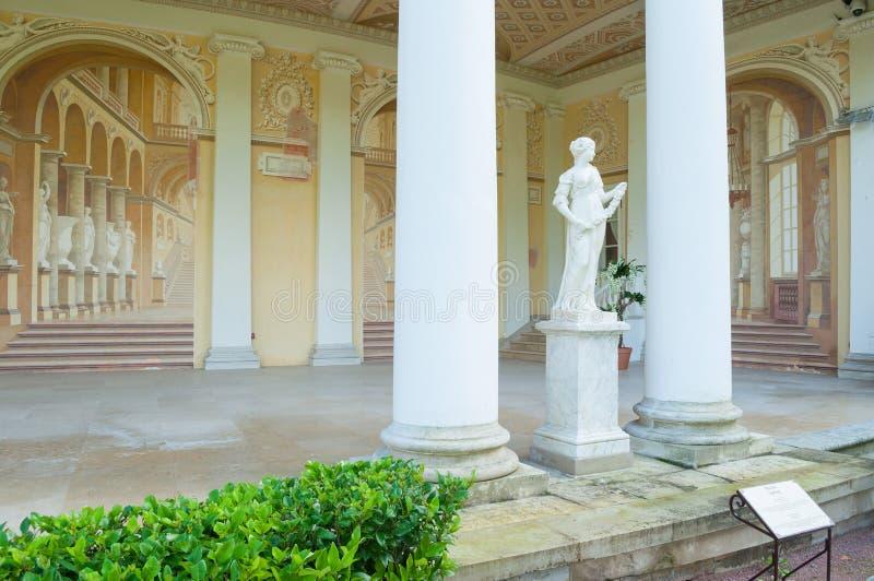 Allegorische Skulptur des Frühlinges in Gonzaga Gallery-Gebäude, Pavlovsk-Park in Pavlovsk nahe St Petersburg, Russland lizenzfreie stockfotos