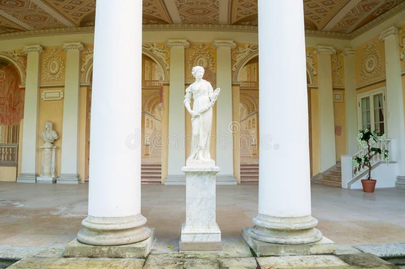 Allegorische Skulptur des Frühlinges in Gonzaga Gallery-Gebäude, Pavlovsk-Park in Pavlovsk, St Petersburg, Russland lizenzfreie stockfotos