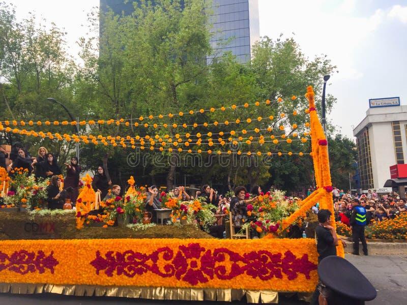Allegorisk dag av dödbilen med blommor royaltyfri foto