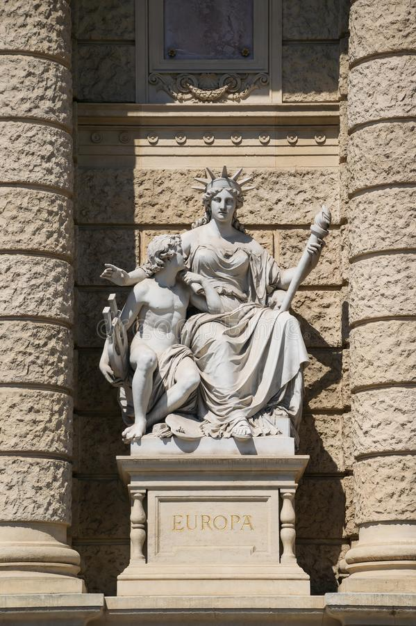 Allegorisk staty av kontinenten Europa, fasad av museet av naturhistoria, Wien, ?sterrike royaltyfri bild