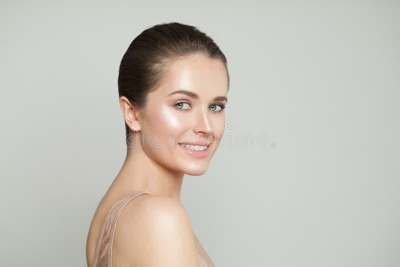 Allegro con chiara pelle Skincare e concetto facciale di trattamento fotografia stock libera da diritti
