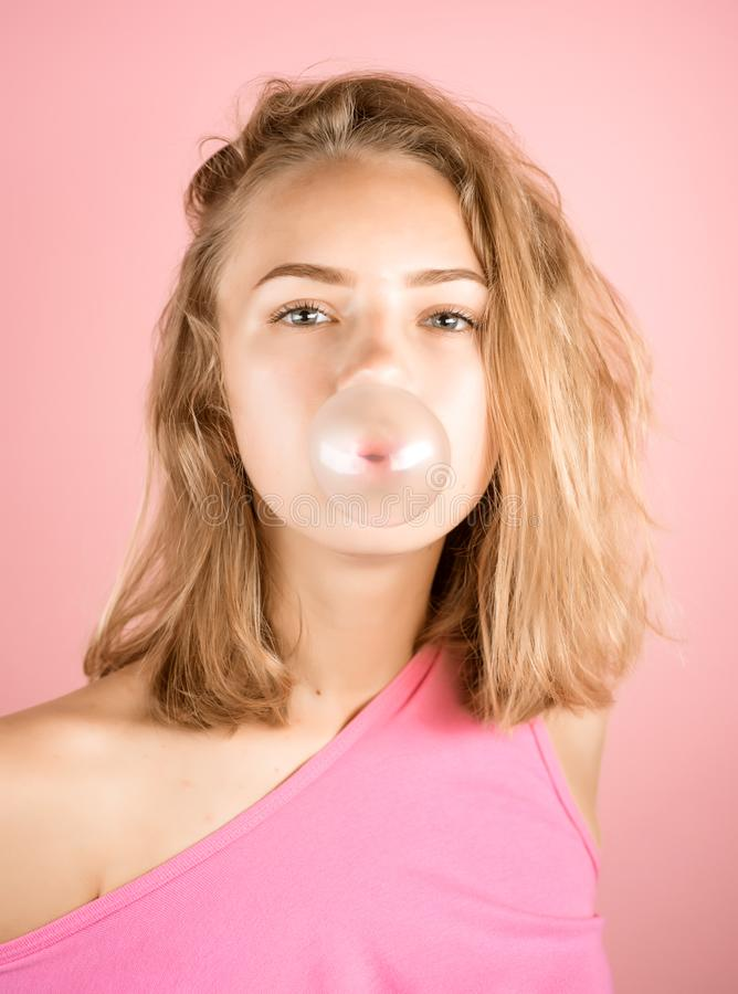 Allegro e pieno di bolle Ragazza dell'adolescente con gomma da masticare Ragazza graziosa nell'umore allegro Di gomma da masticar fotografia stock