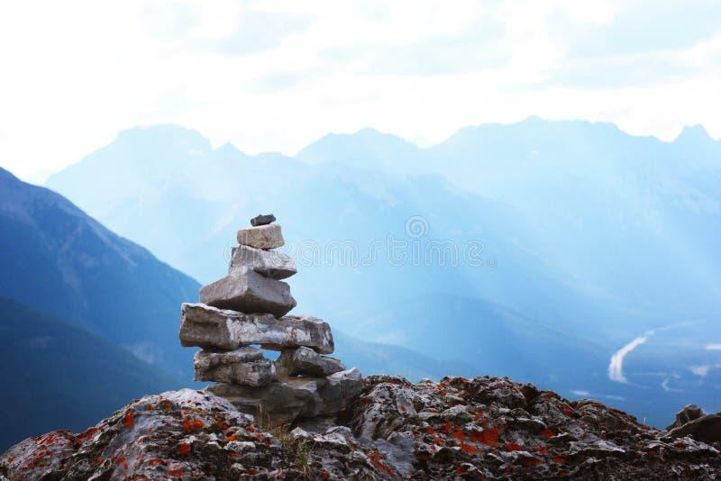 Allein auf der Spitze auf Berg lizenzfreie stockbilder