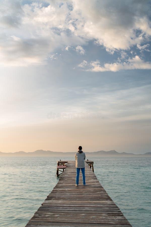 Allein auf einem schönen Ponton bei Sonnenaufgang lizenzfreies stockfoto