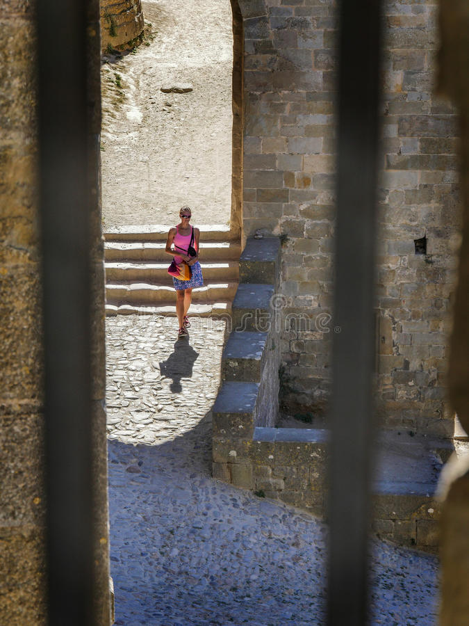 Allein stehende Frau zitieren herein Carcassonne stockfotografie