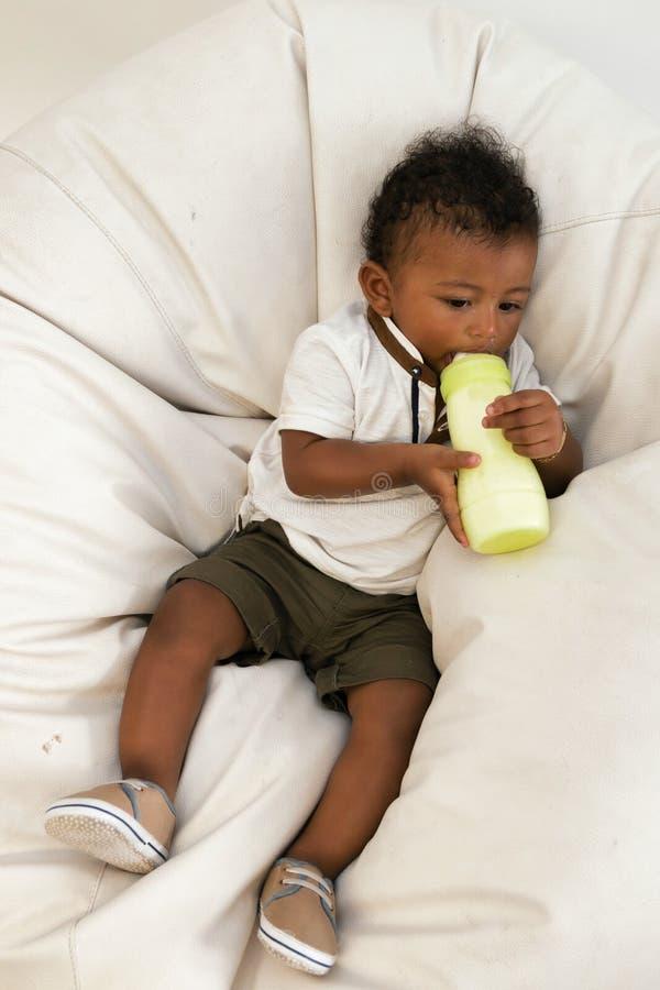 Allein stehendes Baby Fütterungskind mit Milch stockfotografie