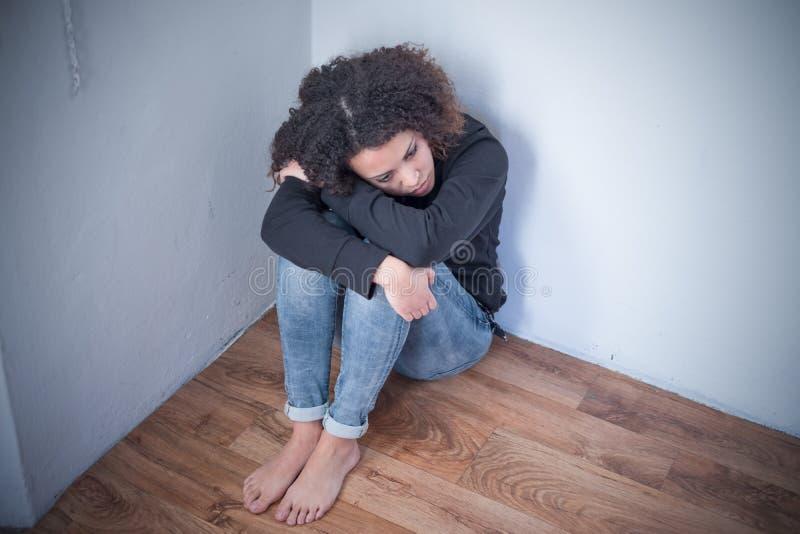 Allein und einsames junges Mädchen, das niedergedrückt glaubt stockfoto