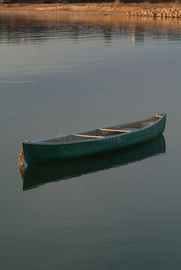 Allein verankerte Kanu im Wasser stockfoto