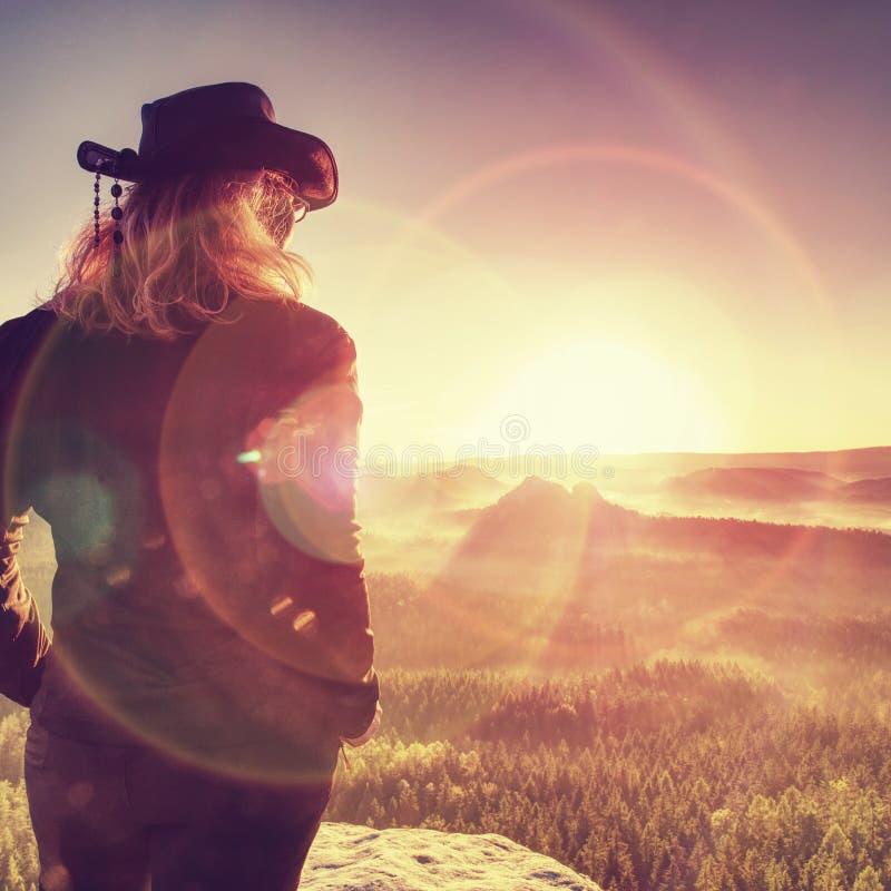 Allein Wanderermodell in der wilden Natur innerhalb des erstaunlichen Sonnenaufgangs stockfotos