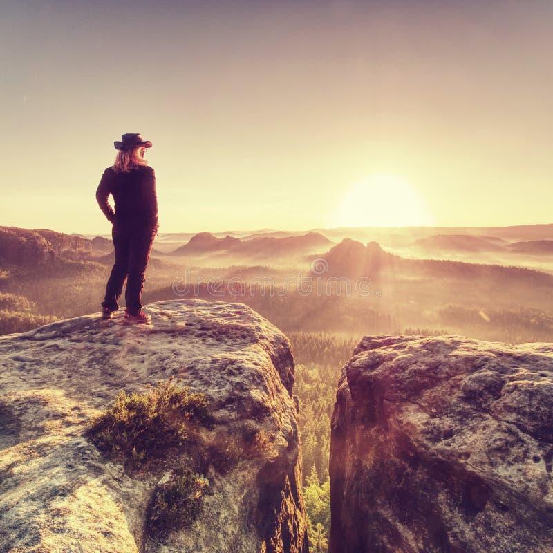 Allein Wanderermodell in der wilden Natur innerhalb des erstaunlichen Sonnenaufgangs lizenzfreie stockfotos