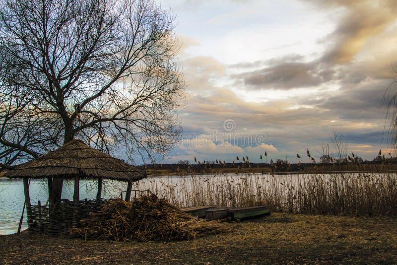 Alleinalcone nahe dem See lizenzfreie stockfotos