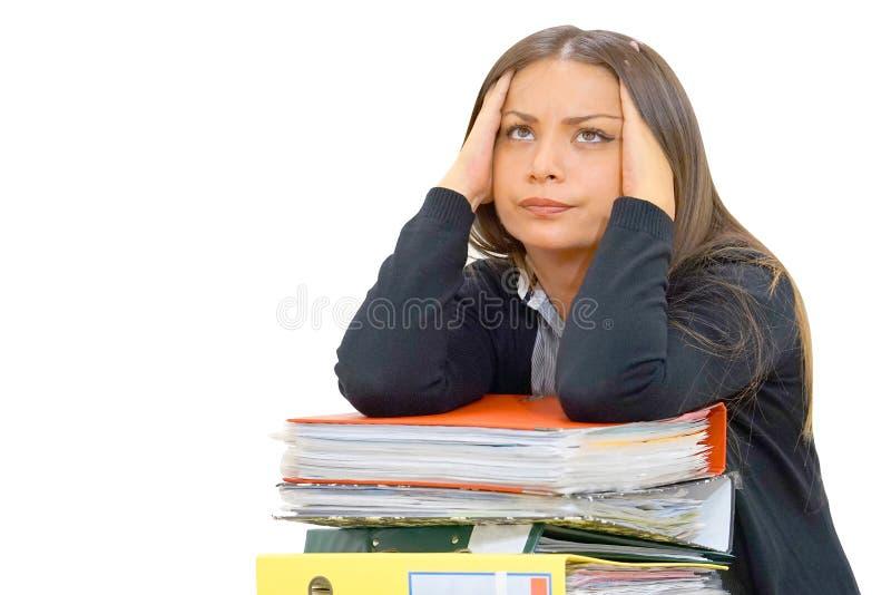 Alleinarbeiten im Büro mit vielen Dokumenten Schreien und Schreien für schlechte Ergebnisse stockfotografie