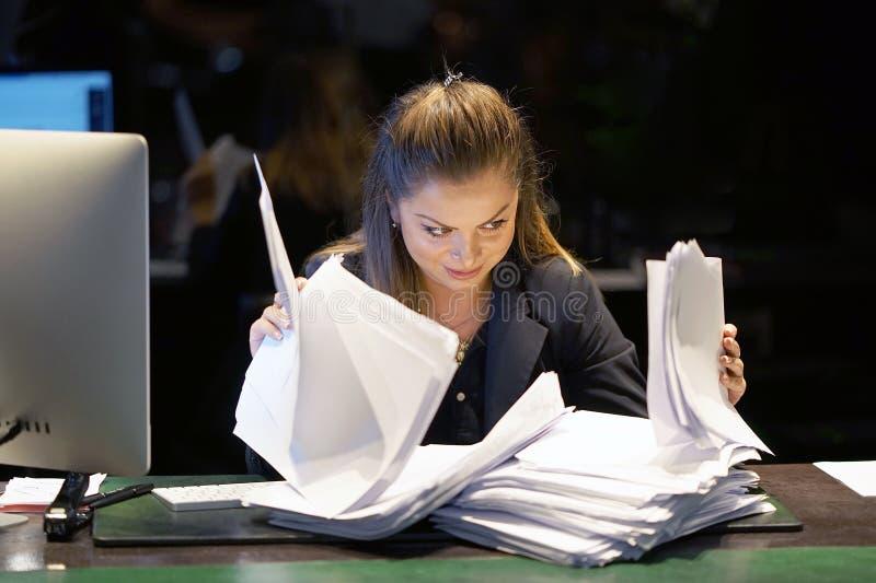 Alleinarbeiten im Büro mit vielen Dokumenten Schreien und Schreien für schlechte Ergebnisse stockbild