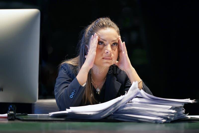 Alleinarbeiten im Büro mit vielen Dokumenten Schreien und Schreien für schlechte Ergebnisse lizenzfreie stockbilder