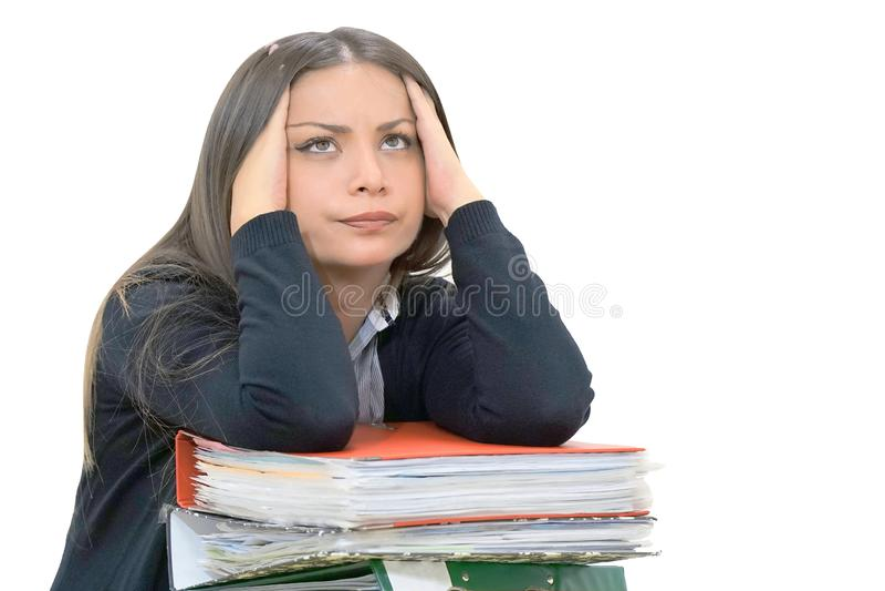 Alleinarbeiten im Büro mit vielen Dokumenten Schreien und Schreien für schlechte Ergebnisse lizenzfreie stockfotografie
