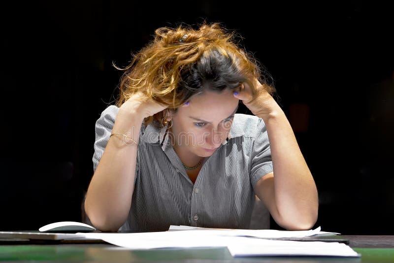 Alleinarbeiten im B?ro mit vielen Dokumenten Schreien und Schreien f?r schlechte Ergebnisse stockfotografie