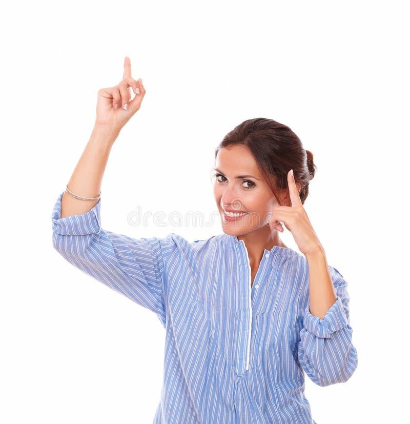 Alleinbrunette mit denkender Geste oben zeigend lizenzfreies stockfoto