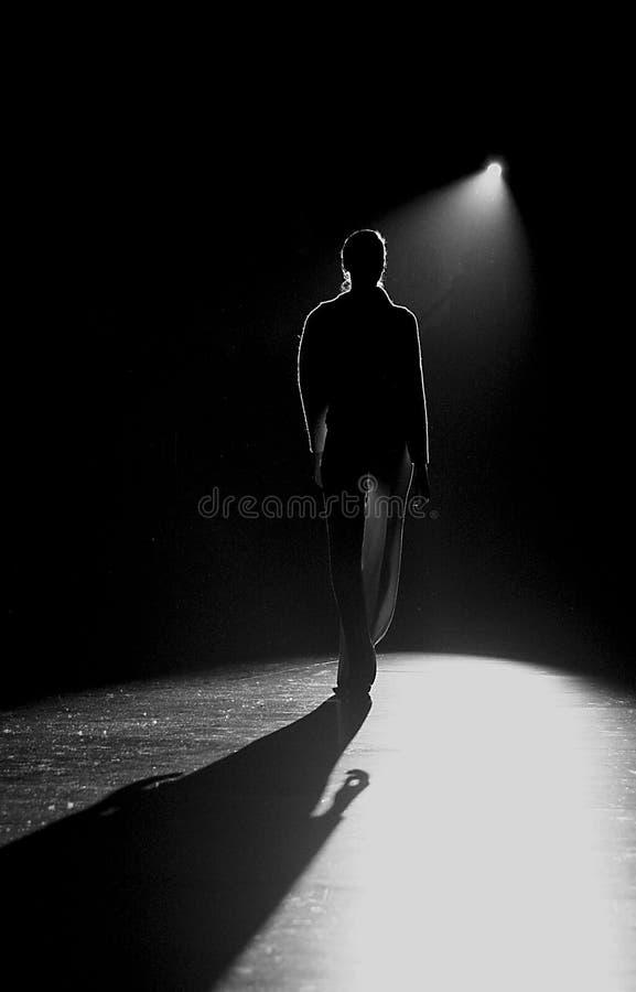 Alleine in der Dunkelheit stockbild