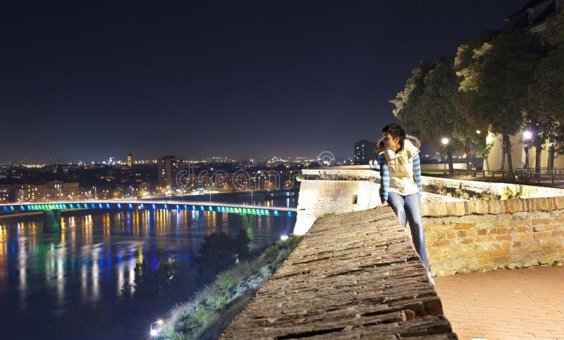 Alleine in der Stadt nachts stockfotografie