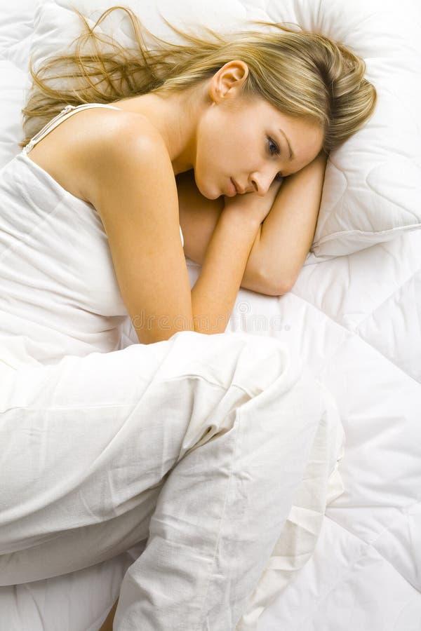 Alleine im Bett lizenzfreies stockfoto