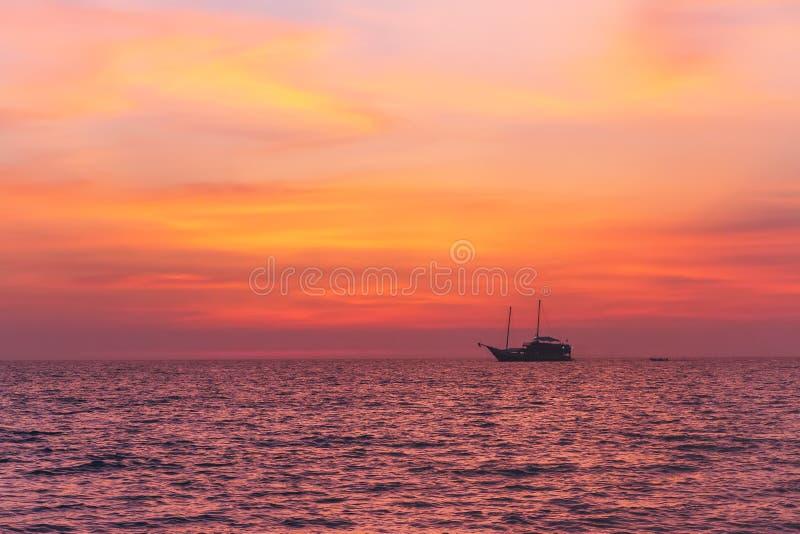 Alleinfischerboot im ruhigen See bei Sonnenuntergang am Abend Andaman Meer, Thailand lizenzfreie stockfotos