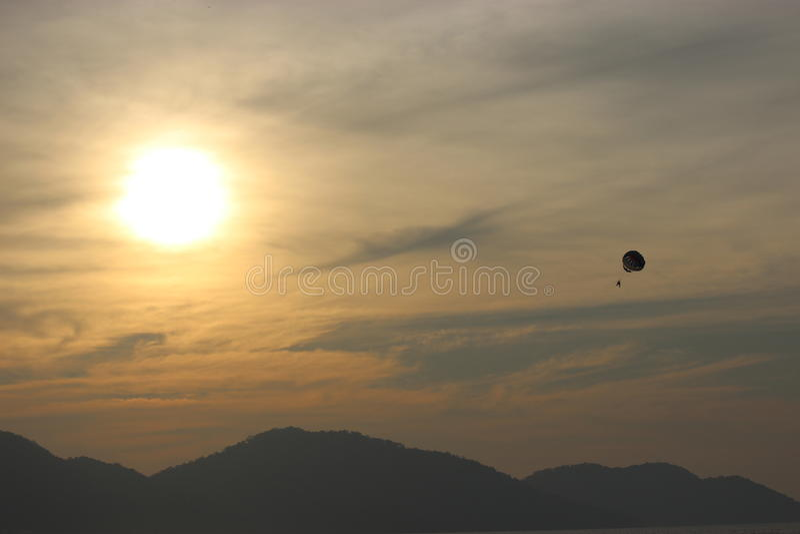 Alleinfliegen hoch im Himmel lizenzfreie stockfotos