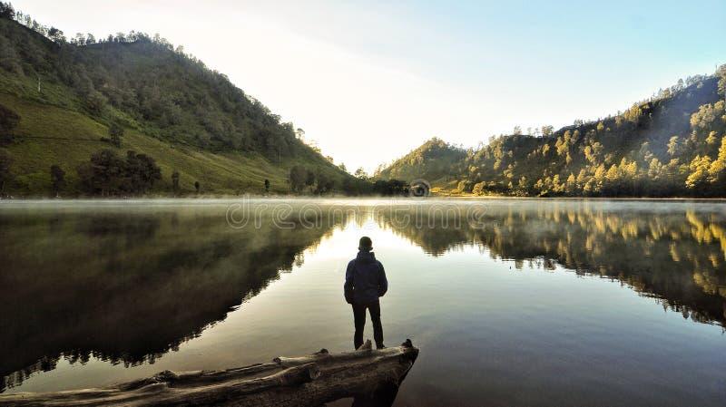 Alleinmann auf Seeindonesien-Morgen stockfotografie
