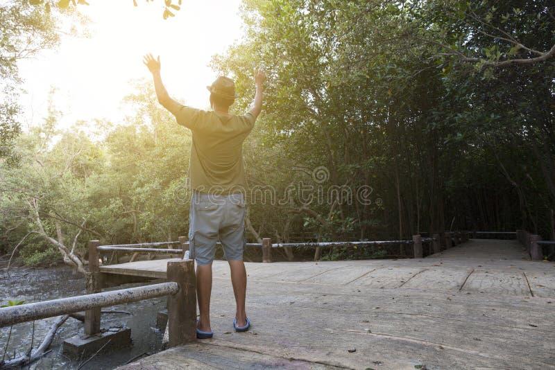 Alleinmann hob beide Hände beten oben für Segen zum Gott im Vorderteil an lizenzfreie stockbilder