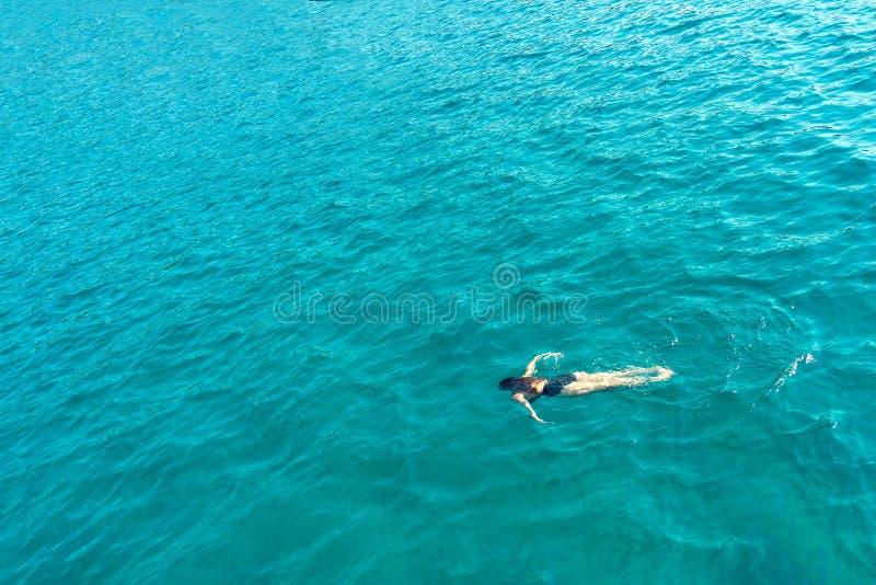 Alleinschwimmende Frauen im Meerblick von oben unter Wasser stockbilder