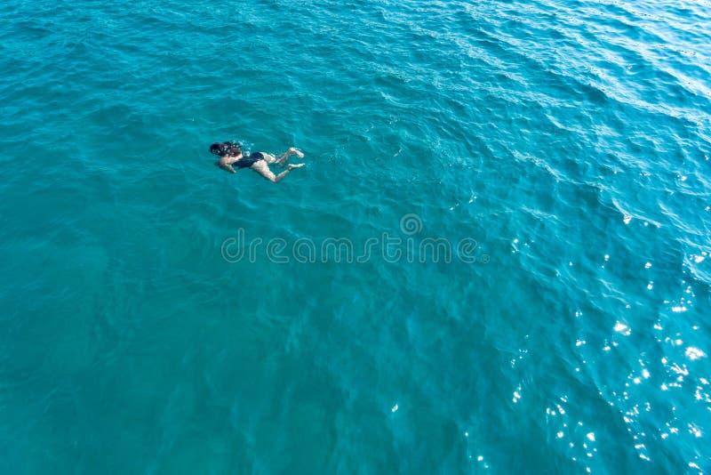 Alleinschwimmende Frauen im Meerblick von oben unter Wasser stockfoto