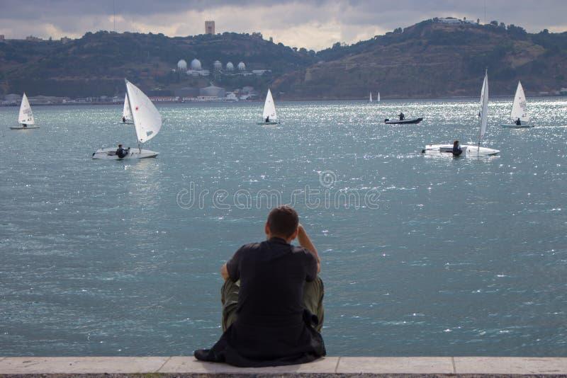 Alleinstehende Person auf der Promenade Mann von hinten auf Regatta-Hintergrund Hintergrund des Yachtwettbewerbs Ruhiger Tag am D lizenzfreie stockfotografie