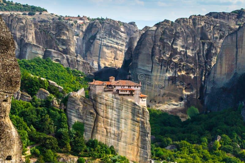 Alleinstehendes Gebirgskloster in Meteora, Griechenland lizenzfreies stockbild