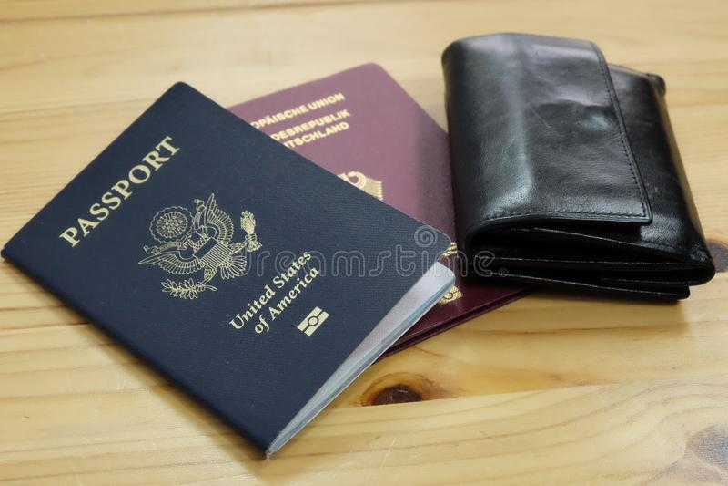 Allemand et passeport des USA avec le portefeuille image stock
