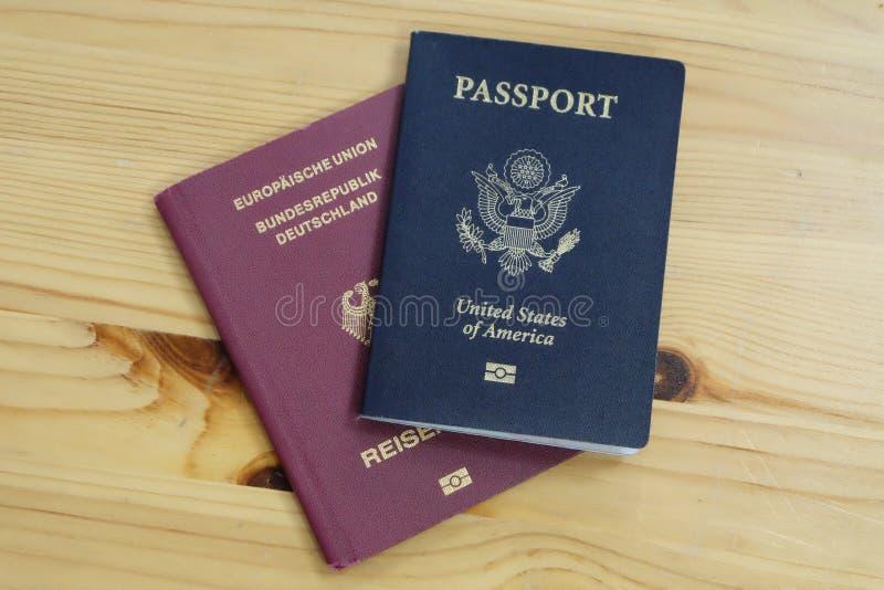 Allemand officiel et passeports des USA photos stock