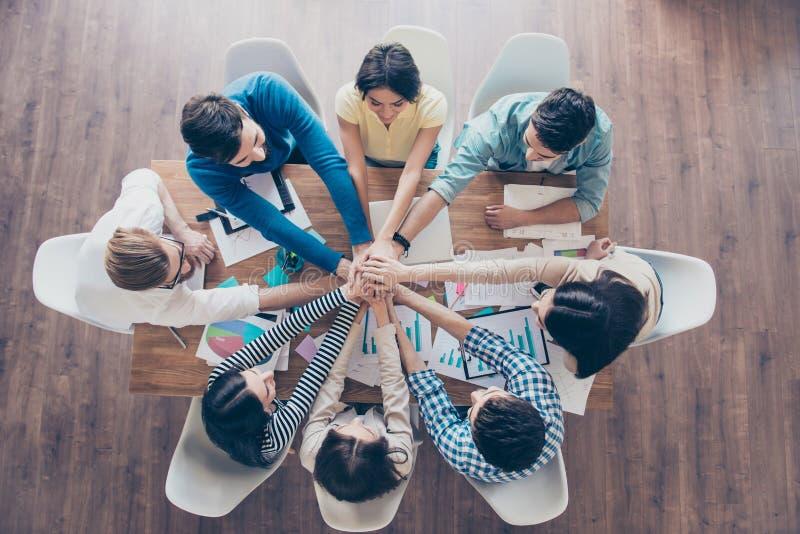 Allen samen! Topview van zakenlui die hun handen op t zetten stock foto's