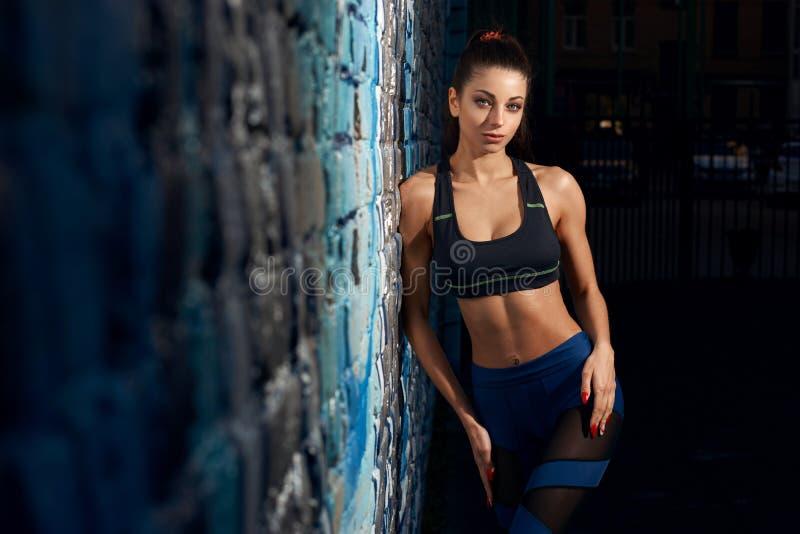 Allenamento all'aperto della ragazza sportiva fotografia stock libera da diritti
