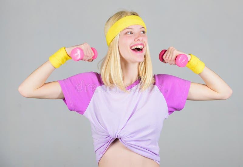Allenamento con la testa di legno Vettura di forma fisica della donna che si esercita con la testa di legno Esercizio facile del  fotografia stock libera da diritti