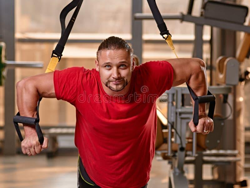Allenamento dell'uomo di forma fisica TRX fotografia stock libera da diritti