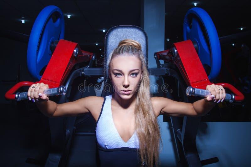 Allenamento della donna atletica alla palestra immagini stock libere da diritti
