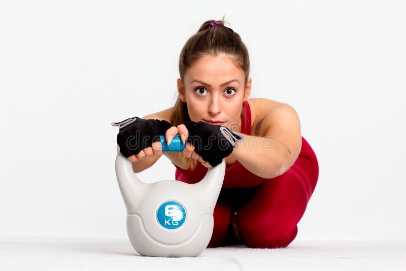 Allenamento della donna di forma fisica con addestramento del kettlebell - immagine fotografie stock