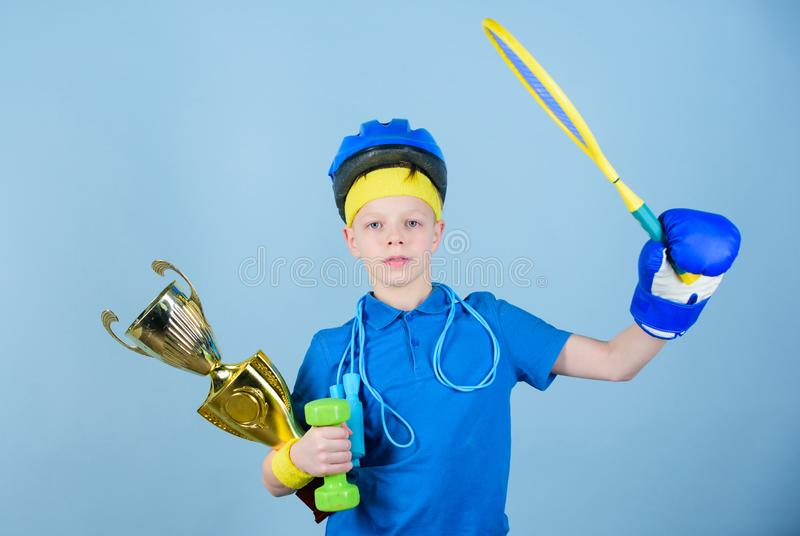 Allenamento della palestra del ragazzo teenager Forza e motivazione Tazza di campione felice della tenuta dello sportivo del bamb fotografia stock
